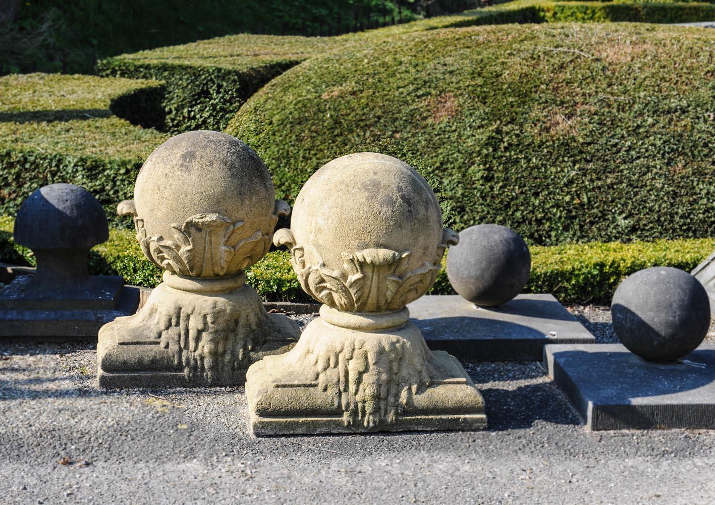 Paar sculpturale kalkstenen ornamenten