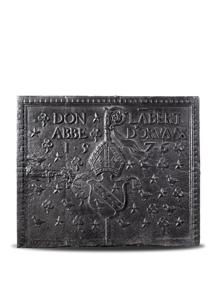 Antieke haardplaat gedateerd 1576 met wapen, inscriptie en bisschoppelijke attributen