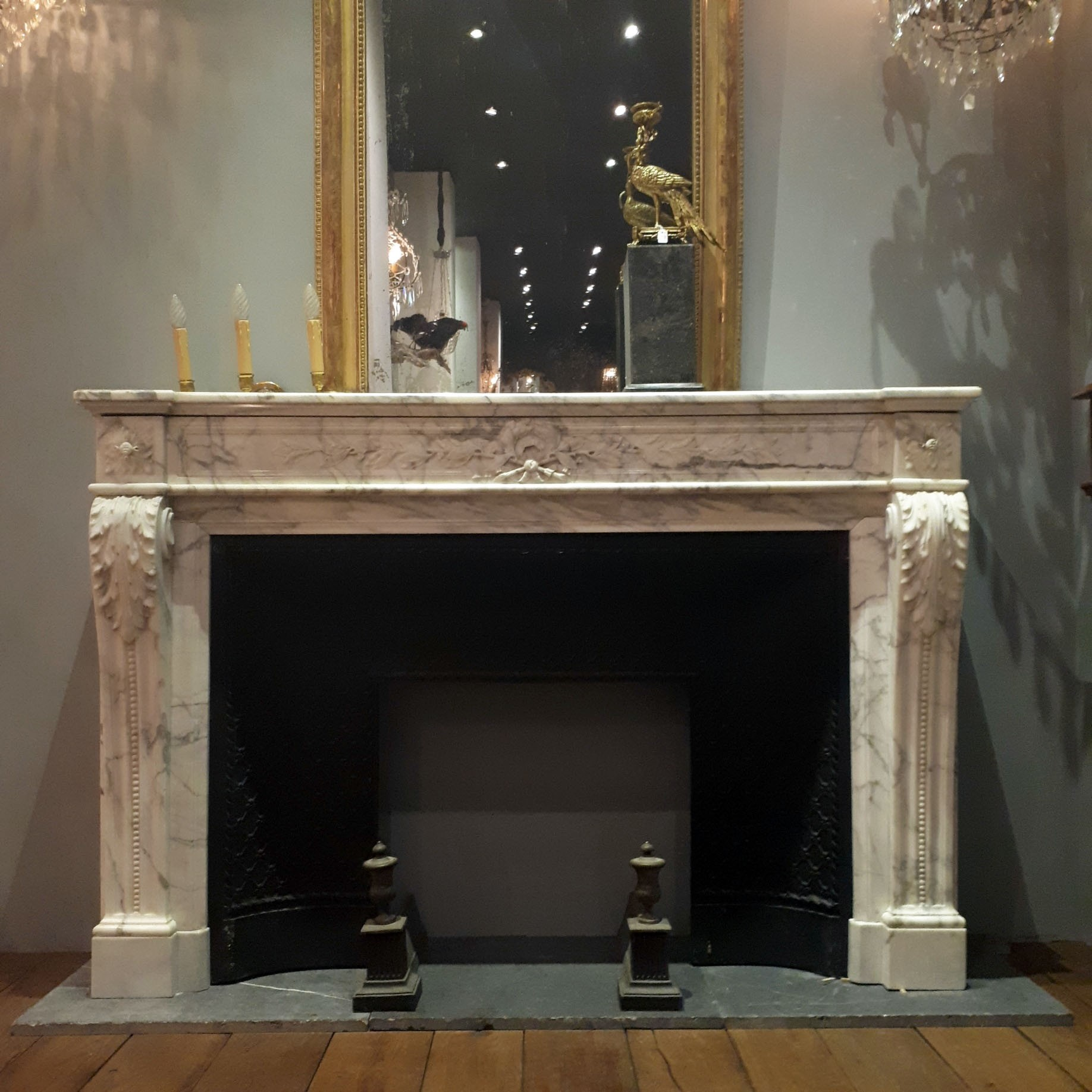 Antieke 19e Eeuwse Aresbescato marmeren Lodewijk XVI schouw met een gietijzeren vuurmond