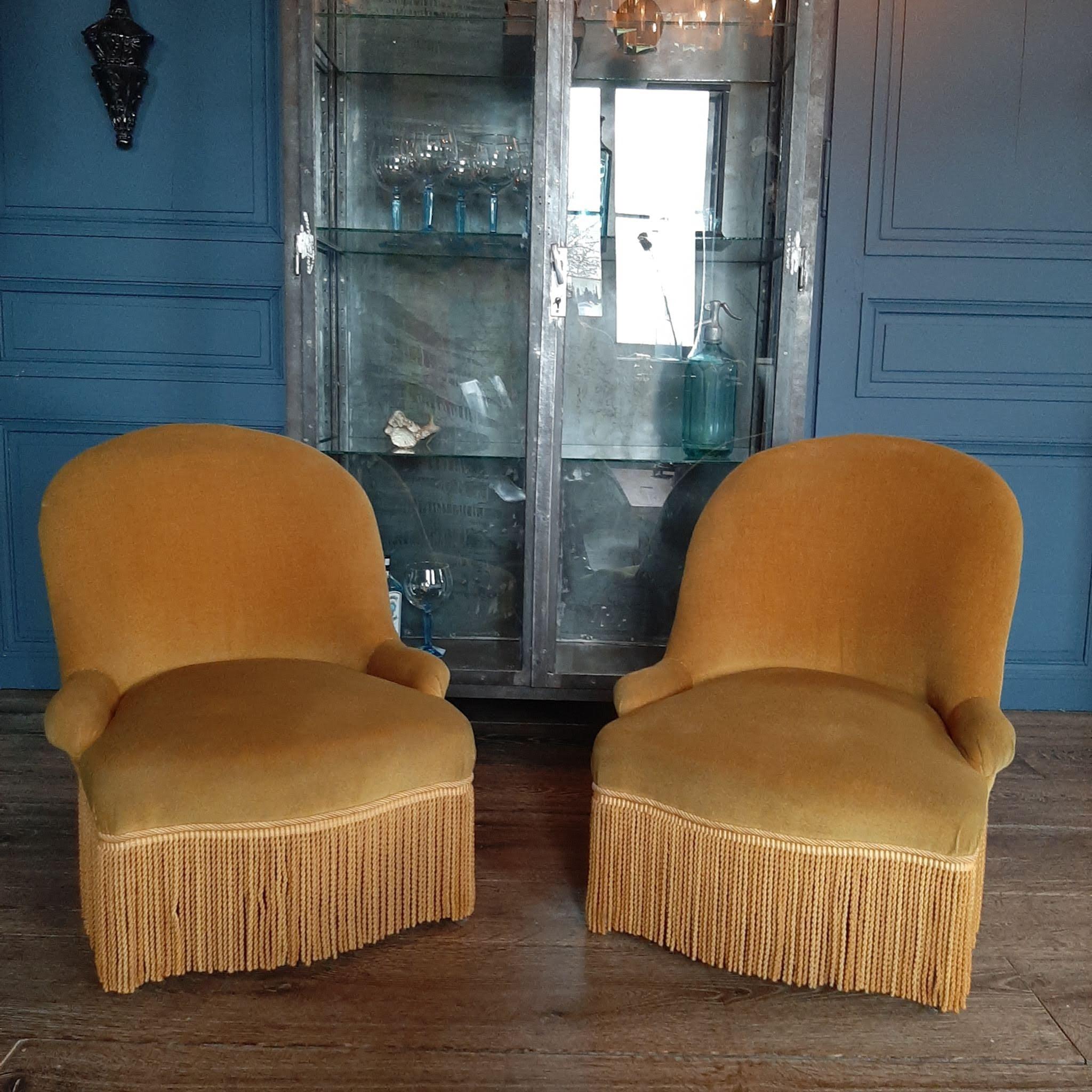 Stel gele fluwelen stoeltjes met franjes
