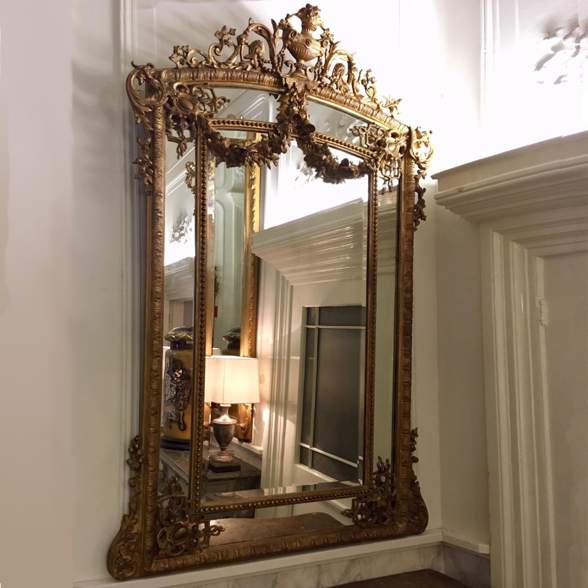 Antieke spiegel uit de 19e eeuw in de stijl van Lodewijk XVI