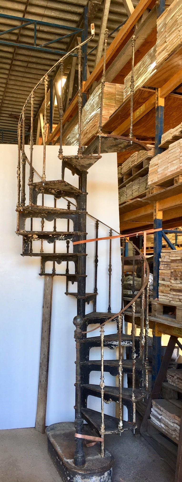 Antieke gietijzeren industriële wenteltrap