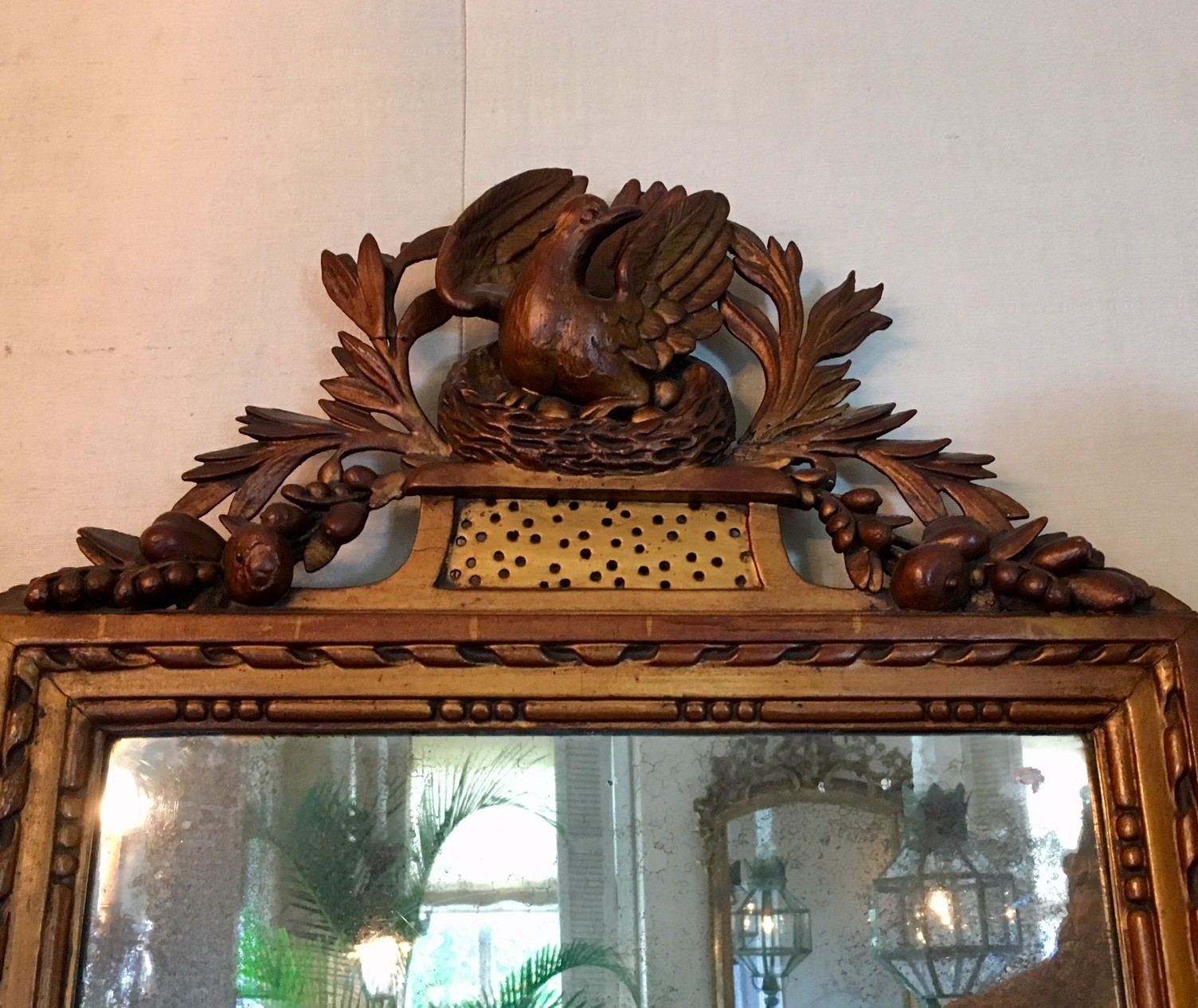 Antieke spiegel met prachtige handgestoken lijst