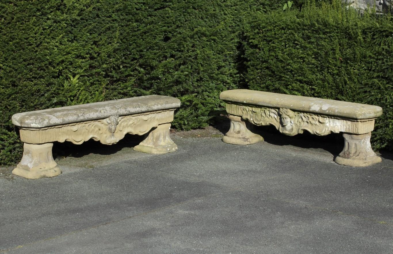 1 Paar französische handgehackte Sandstein Gartenbänke 18. Jh