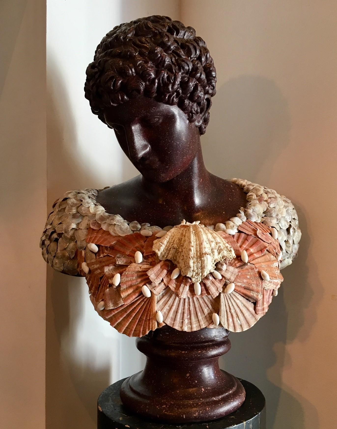 Klassieke buste van Narcissus met schelpenharnas