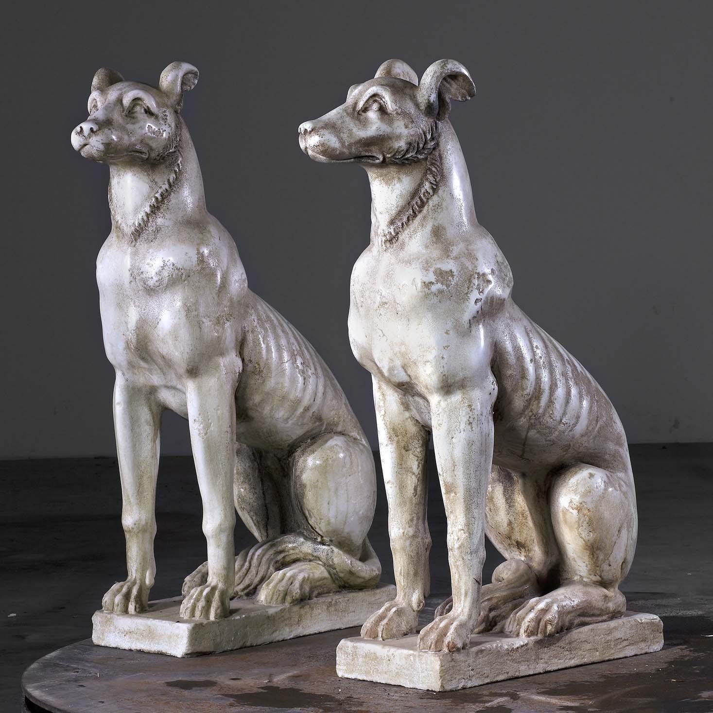 Een paar marmeren zittende honden