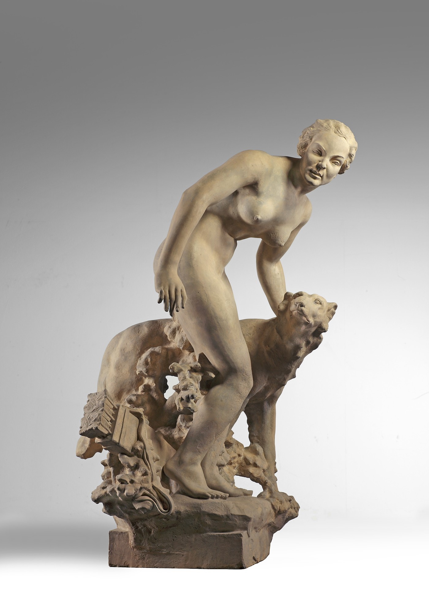 Oud terracotta sculptuur van de godin Diana en haar jachthond