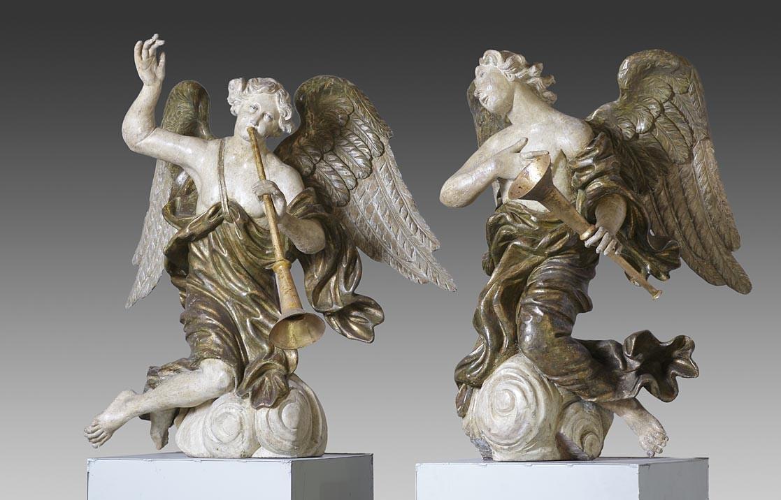 Stel grote laat 17e-eeuwse hout gestoken engelen