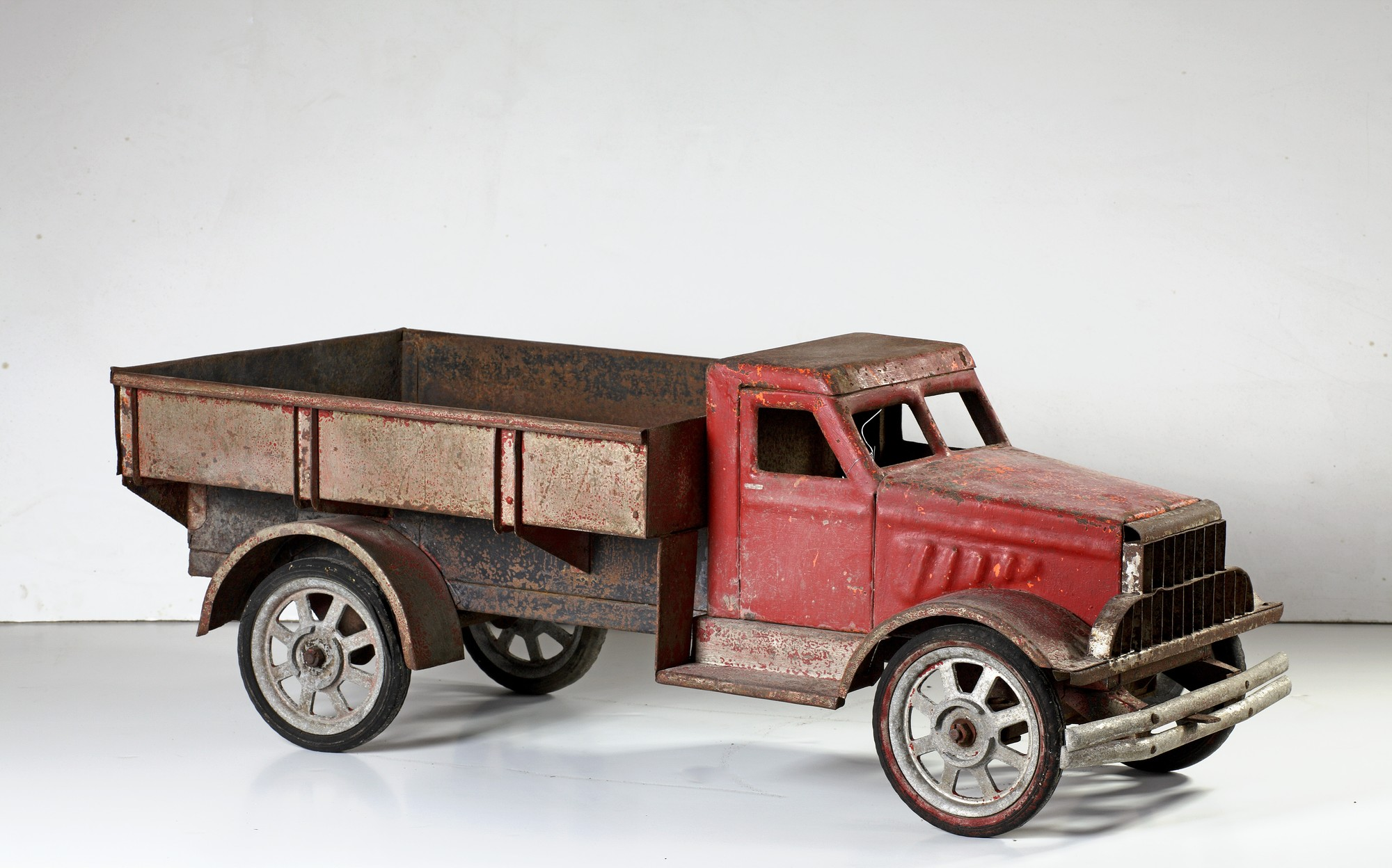 Grote speelgoed truck uit het tweede kwart van de twintigste eeuw