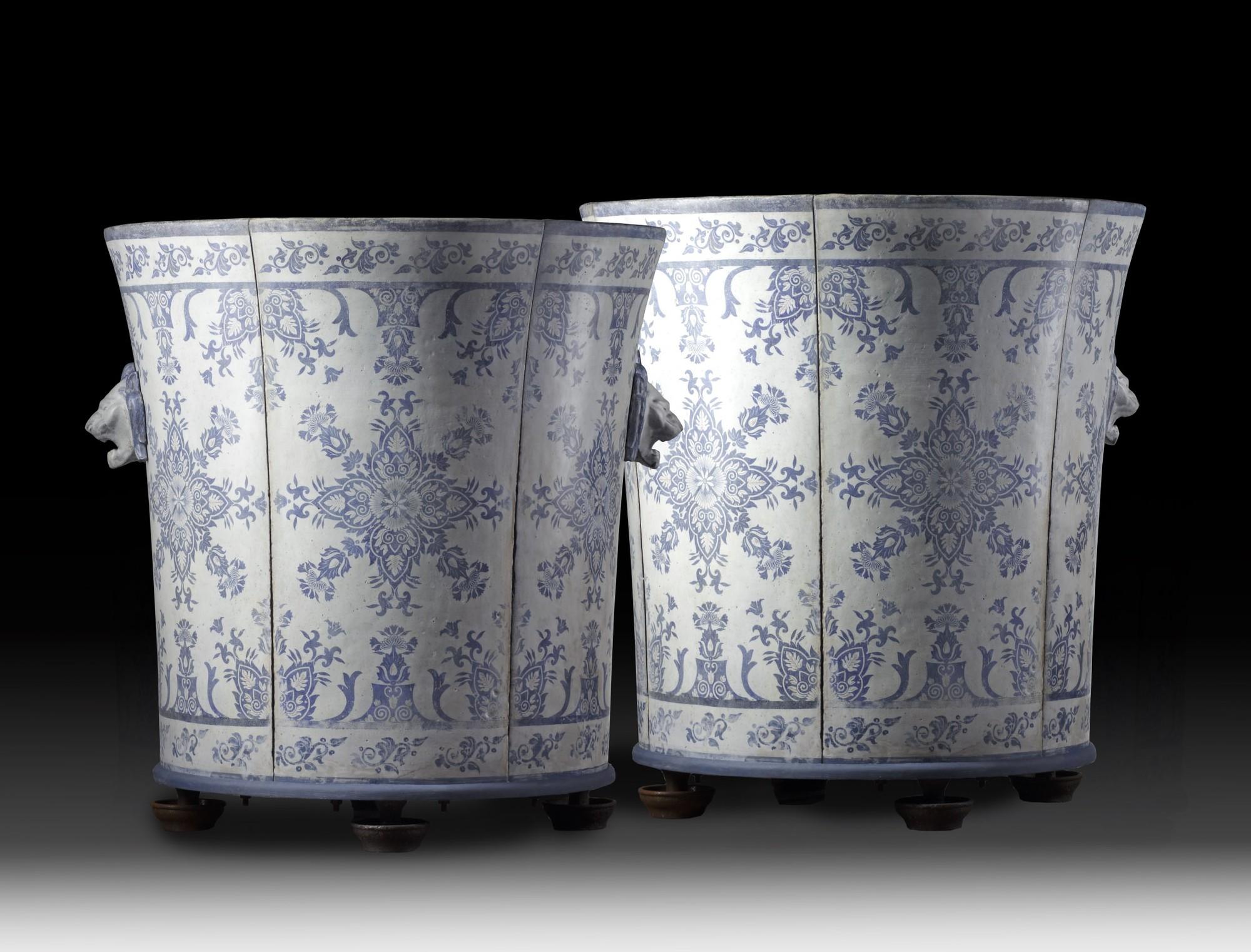 Zeer groot stel zeldzame geëmailleerde gietijzeren vazen van Paris & Cie ( verkocht )