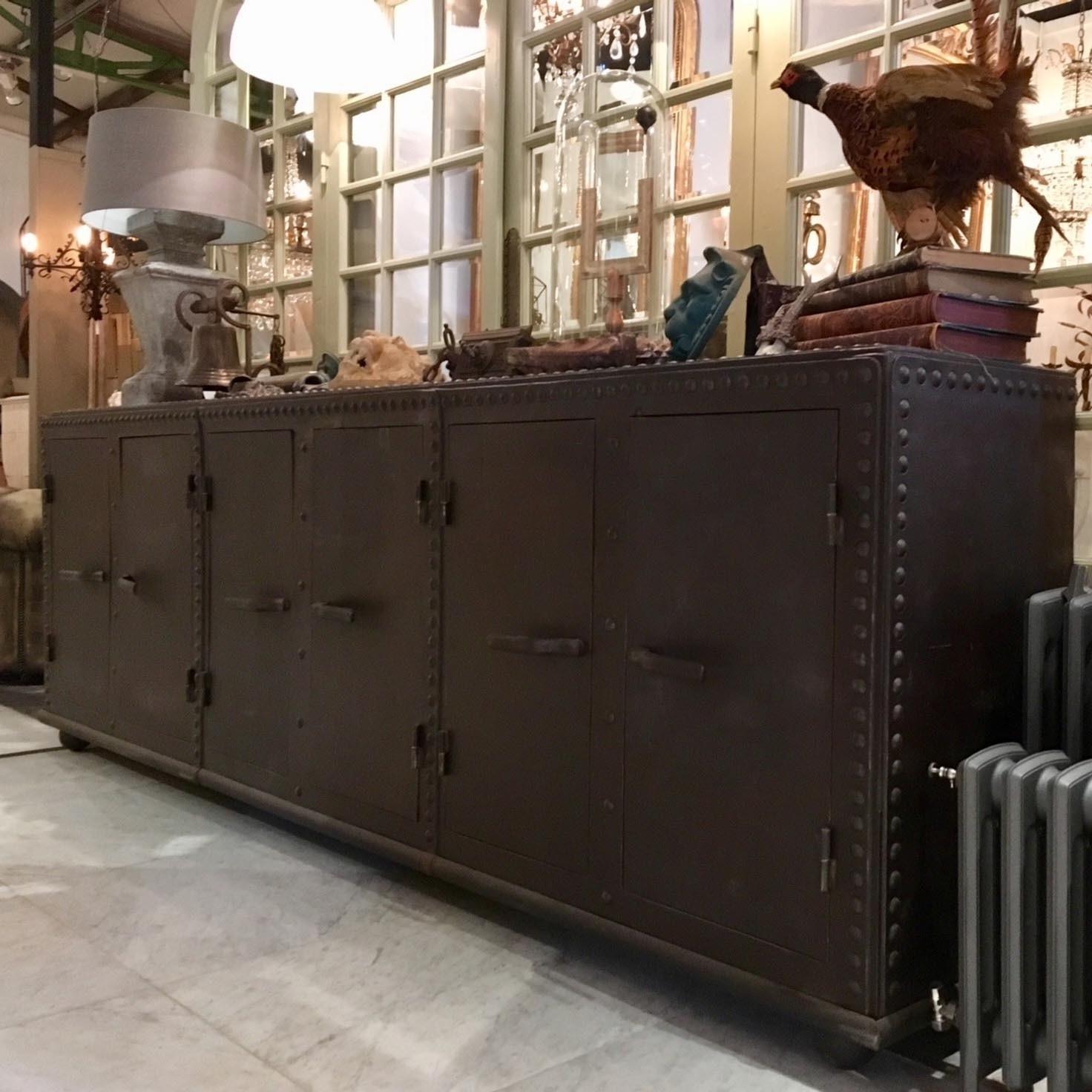 Groot dressoir gemaakt van oude industriële watertanks