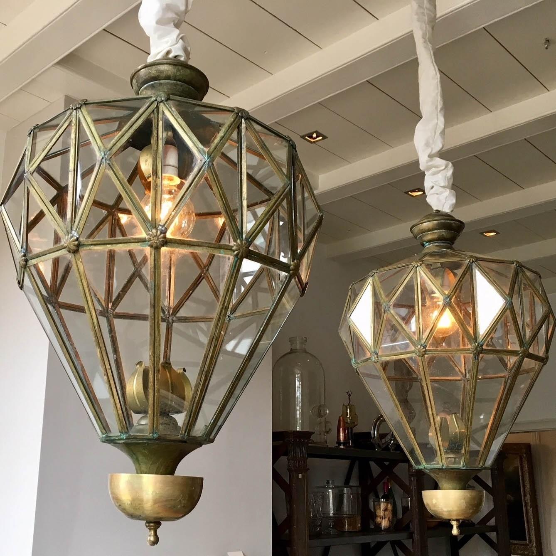 Twee grote decoratieve lantaarns in glas en brons