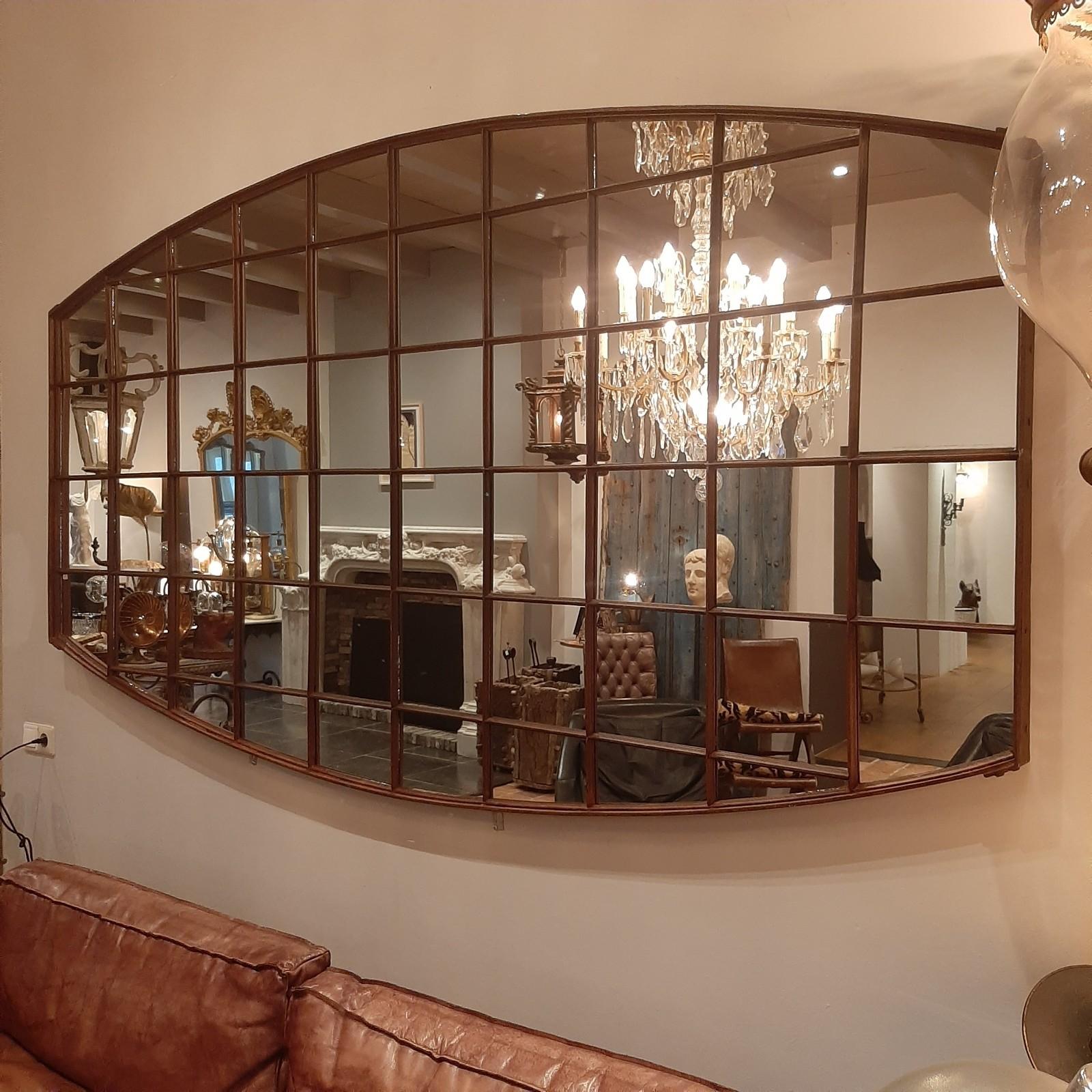 Zeer grote spiegel gemaakt van oud ijzeren fabrieksraam