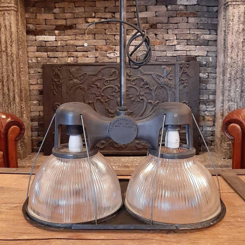Dubbele Holophane plafondlamp met glazen kap, ontwerp Jacques Emile Ruhlman, 1920