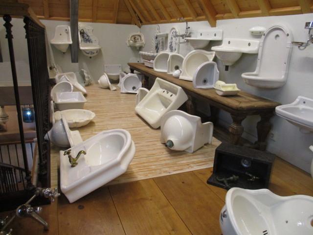 Antieke en oude wastafels, fonteintjes, toiletpotten etc