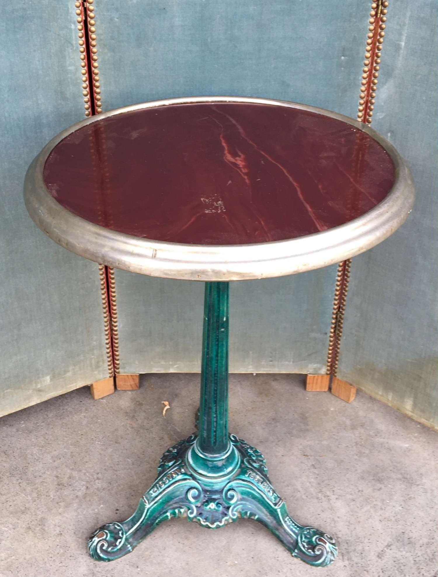 Bistro tafel marmer blad vernikkeld koperen rand groen geëmailleerd gietijzeren poot (verkocht)