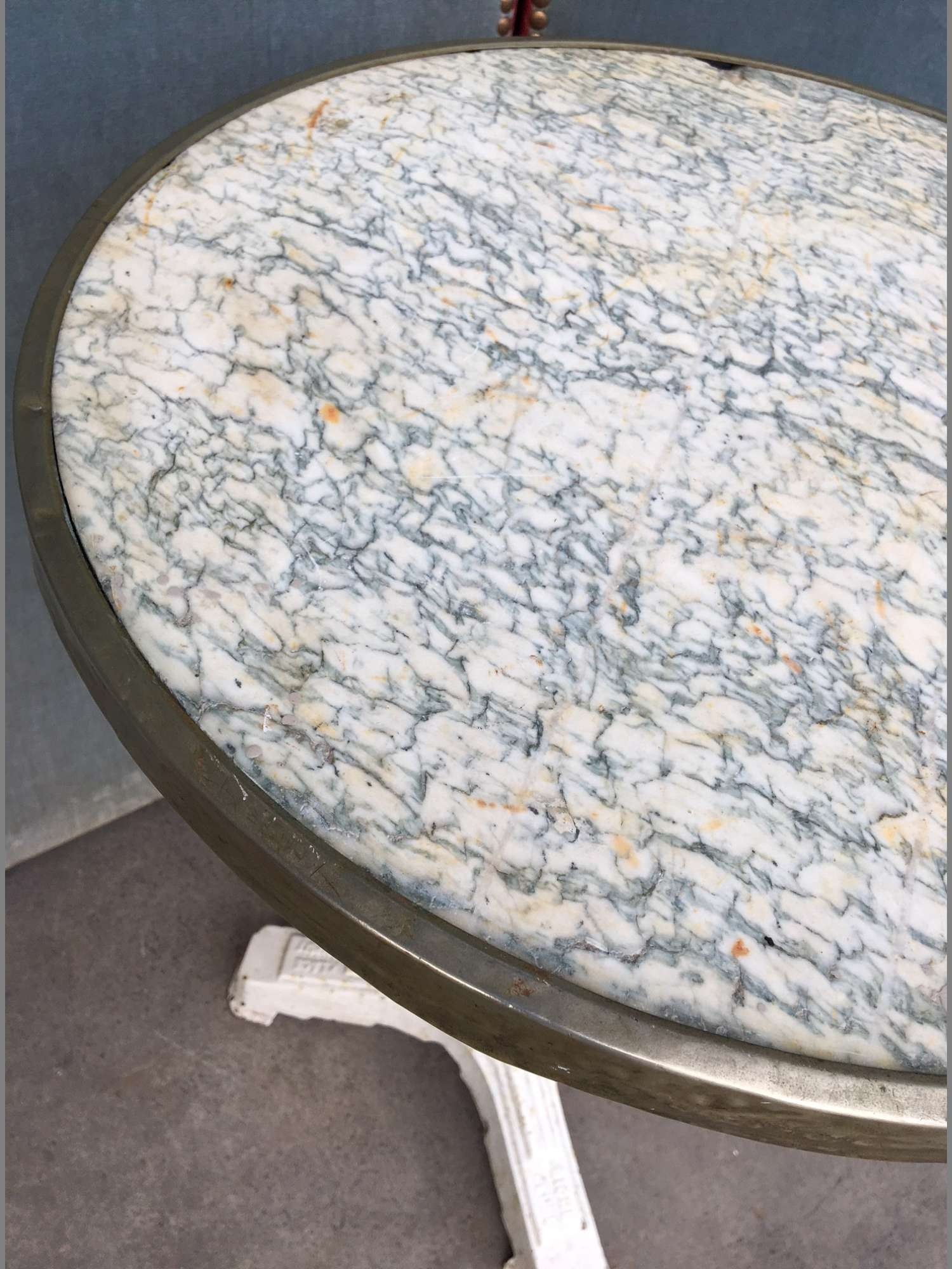 """bistro tafel met """"Vert D'Estours marmeren blad met vernikkeld koperen rand en wit geschilderde gietijzeren Art-Deco poot"""