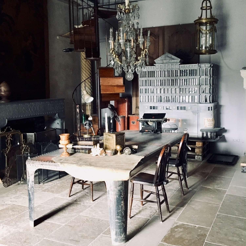 Franse industriële tafel gemaakt van een oude watertank