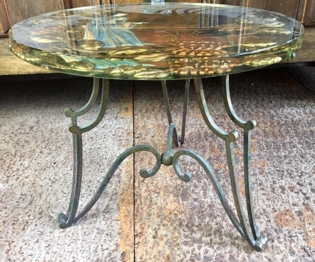 Rond glazen salontafeltje uit de 50e jaren op een smeedijzeren voet