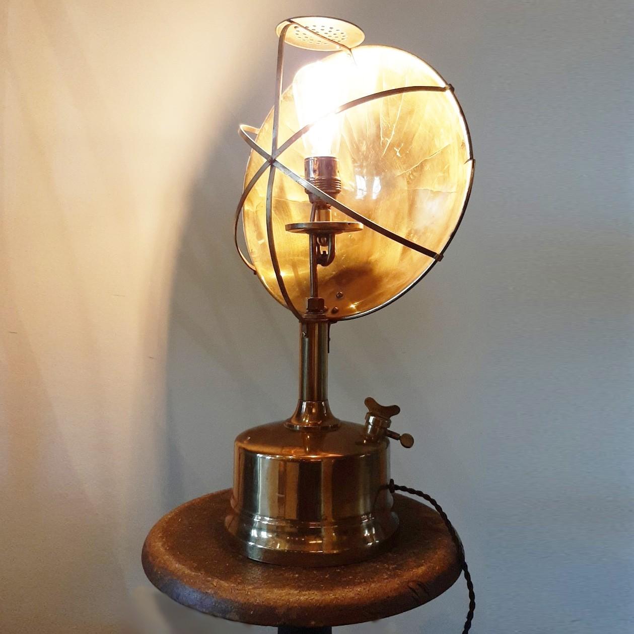 Industriële tafellamp gemaakt van oude materialen