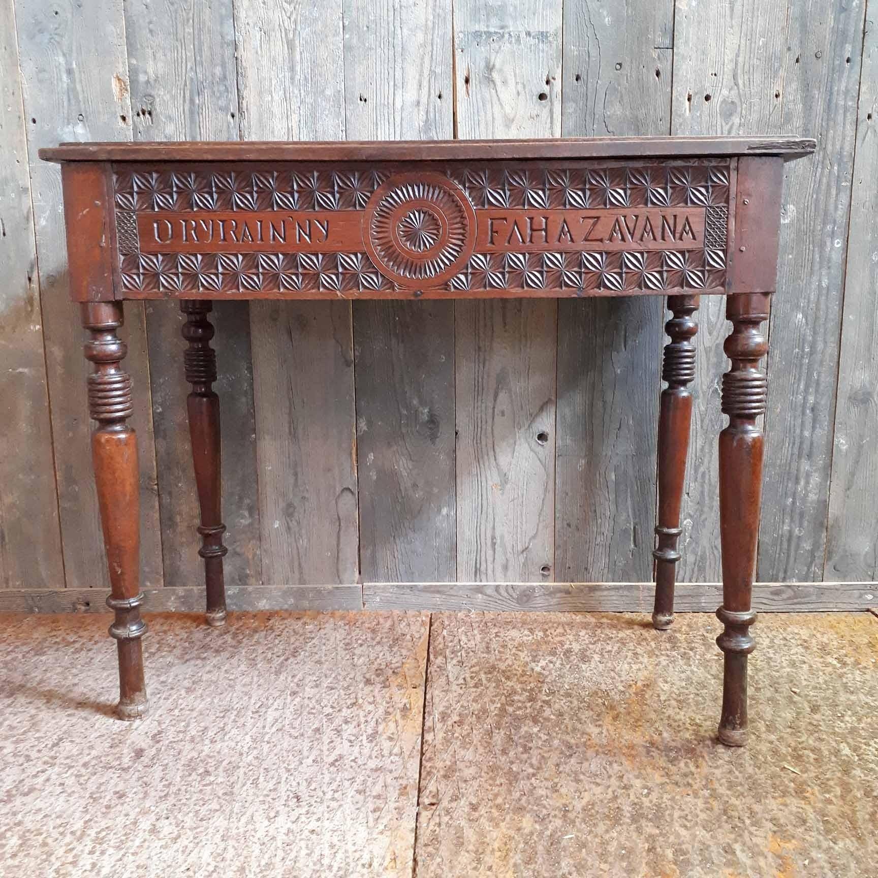 Oud hout handgesneden tafeltje met klep