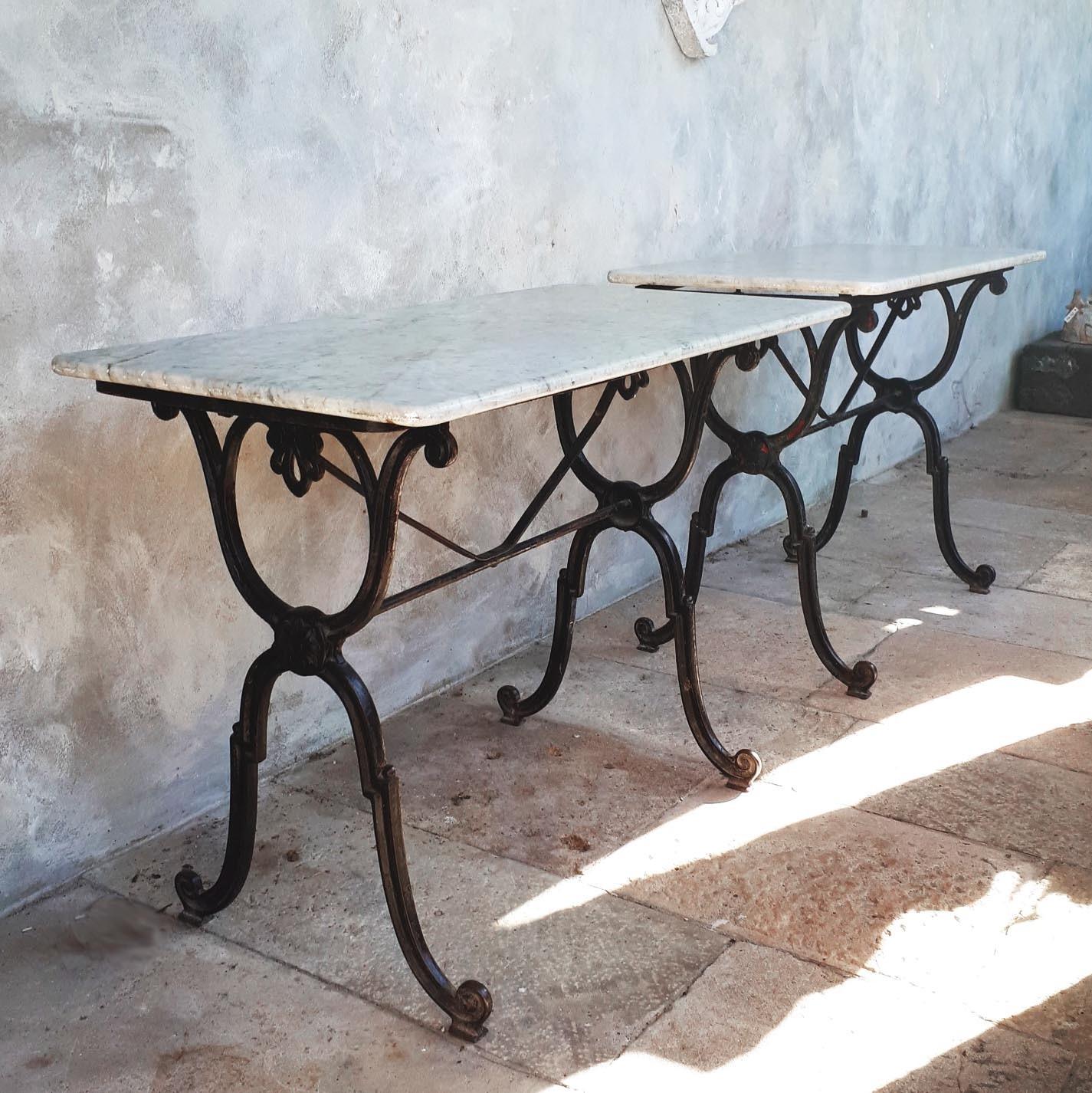Twee antiek marmeren tafeltjes