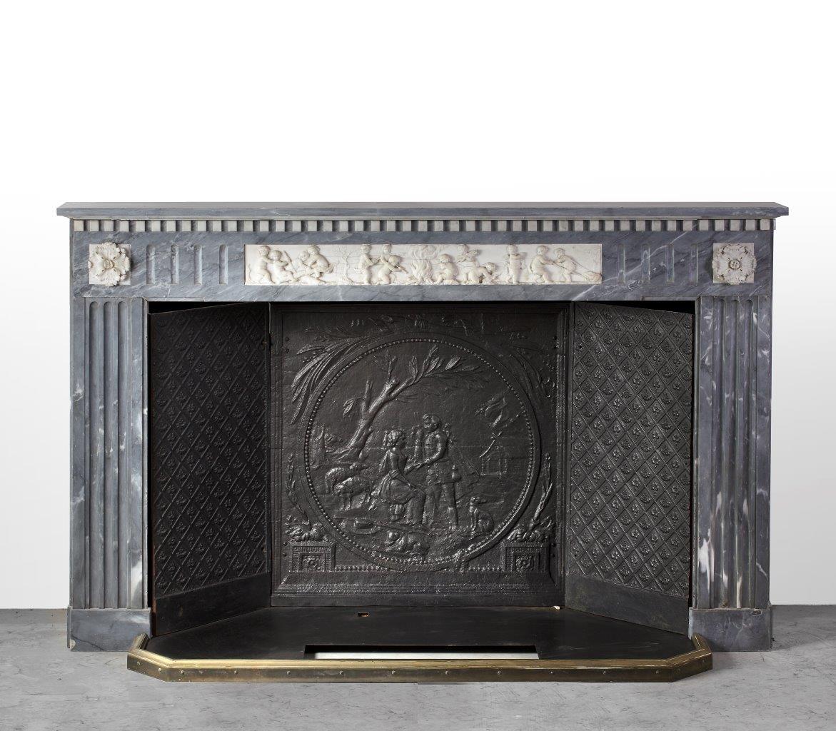 18de eeuwse marmeren schouw met gietijzeren binnenwerk