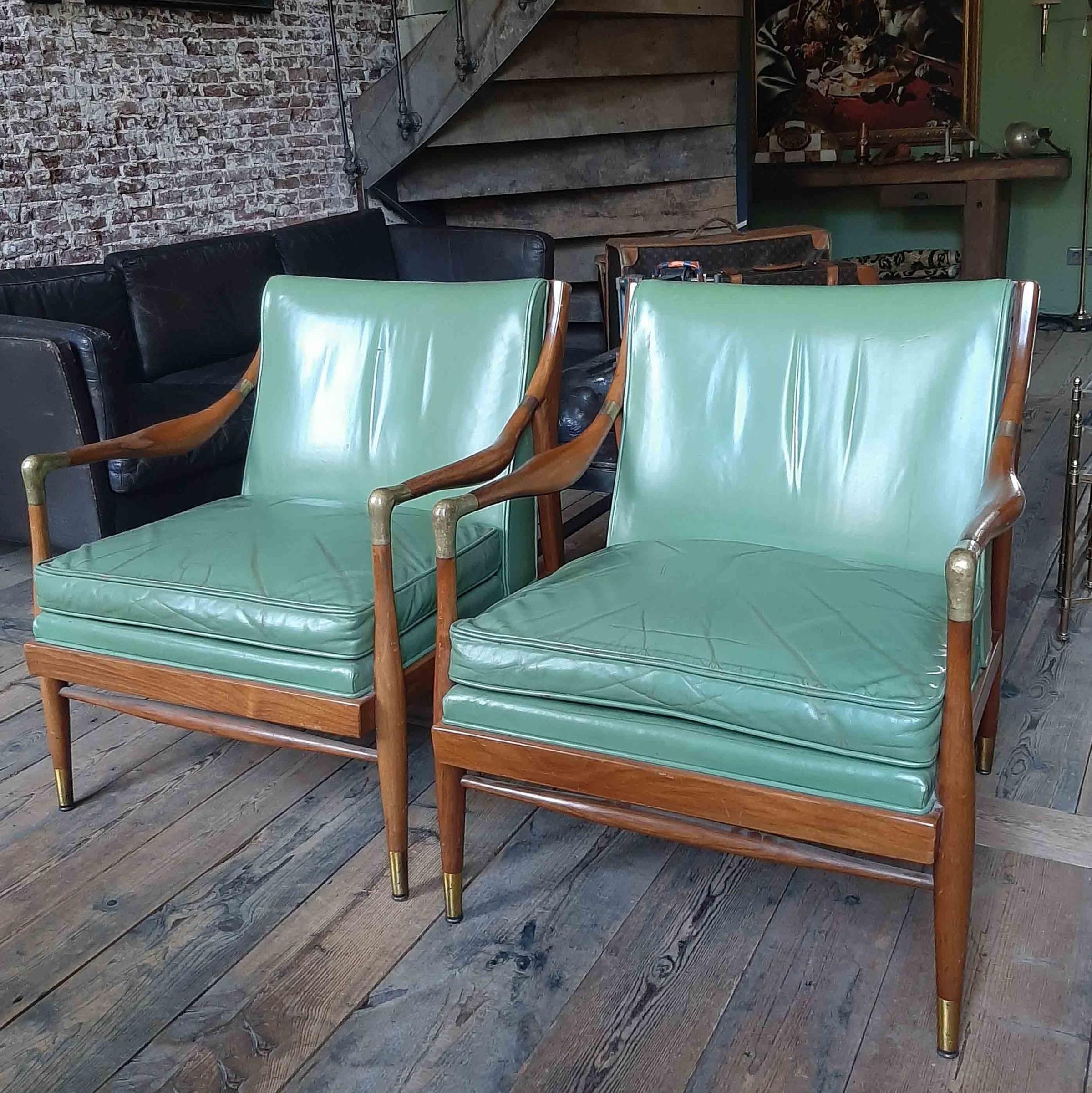 Paar Kodof-Larsen jaren 60 Deense lounge stoelen, groen leder en messing accenten