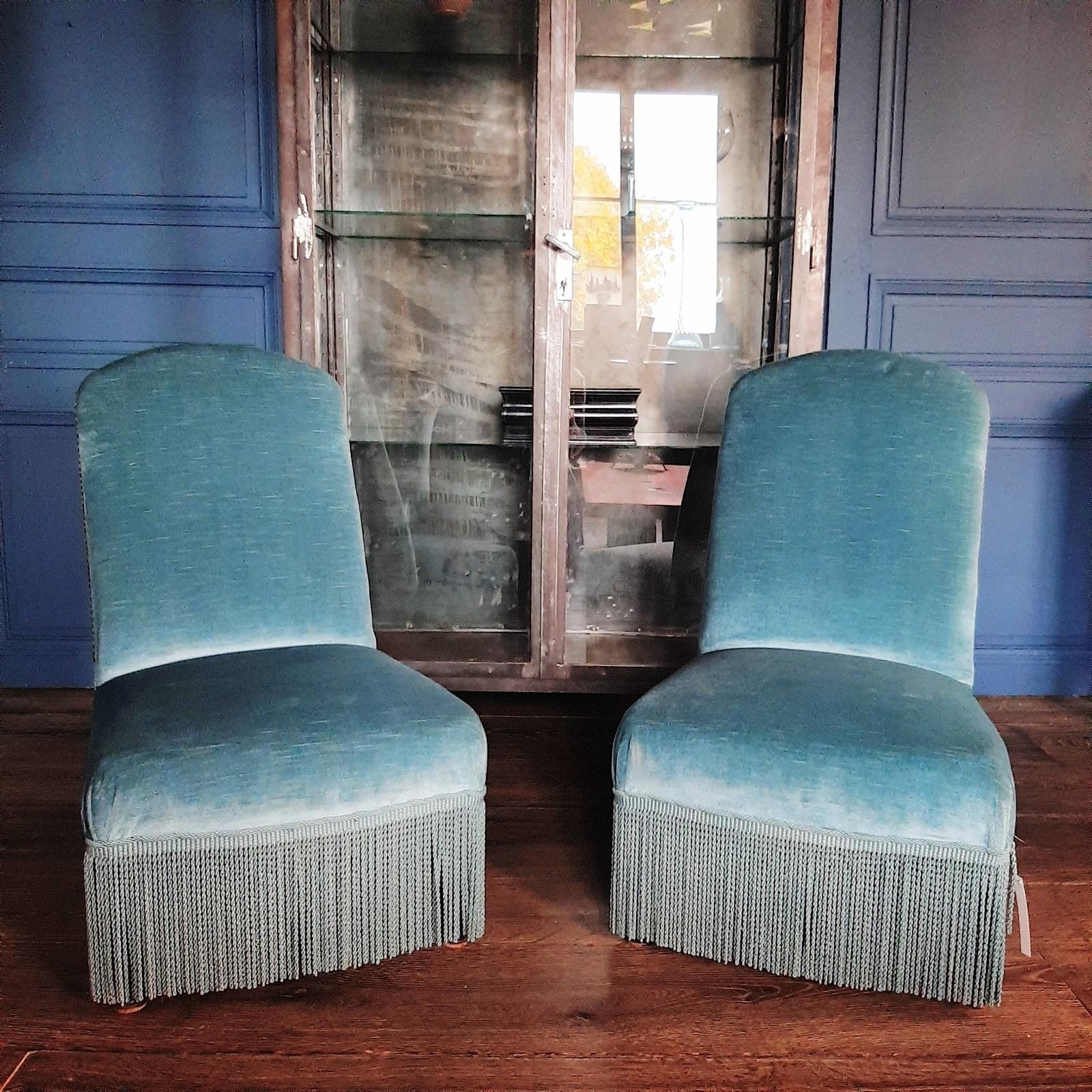 Stel oude blauw fluwelen stoeltjes