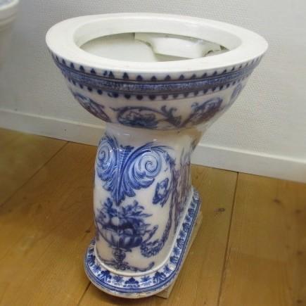 Oud gedecoreerd toilet