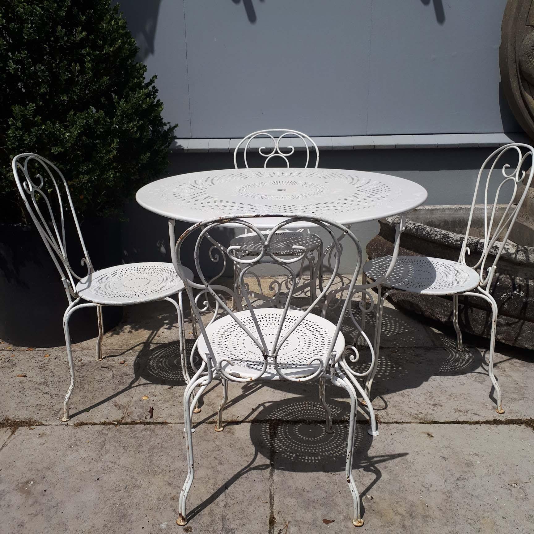 Oude tuinset wit ijzer ronde tafel met vier stoelen