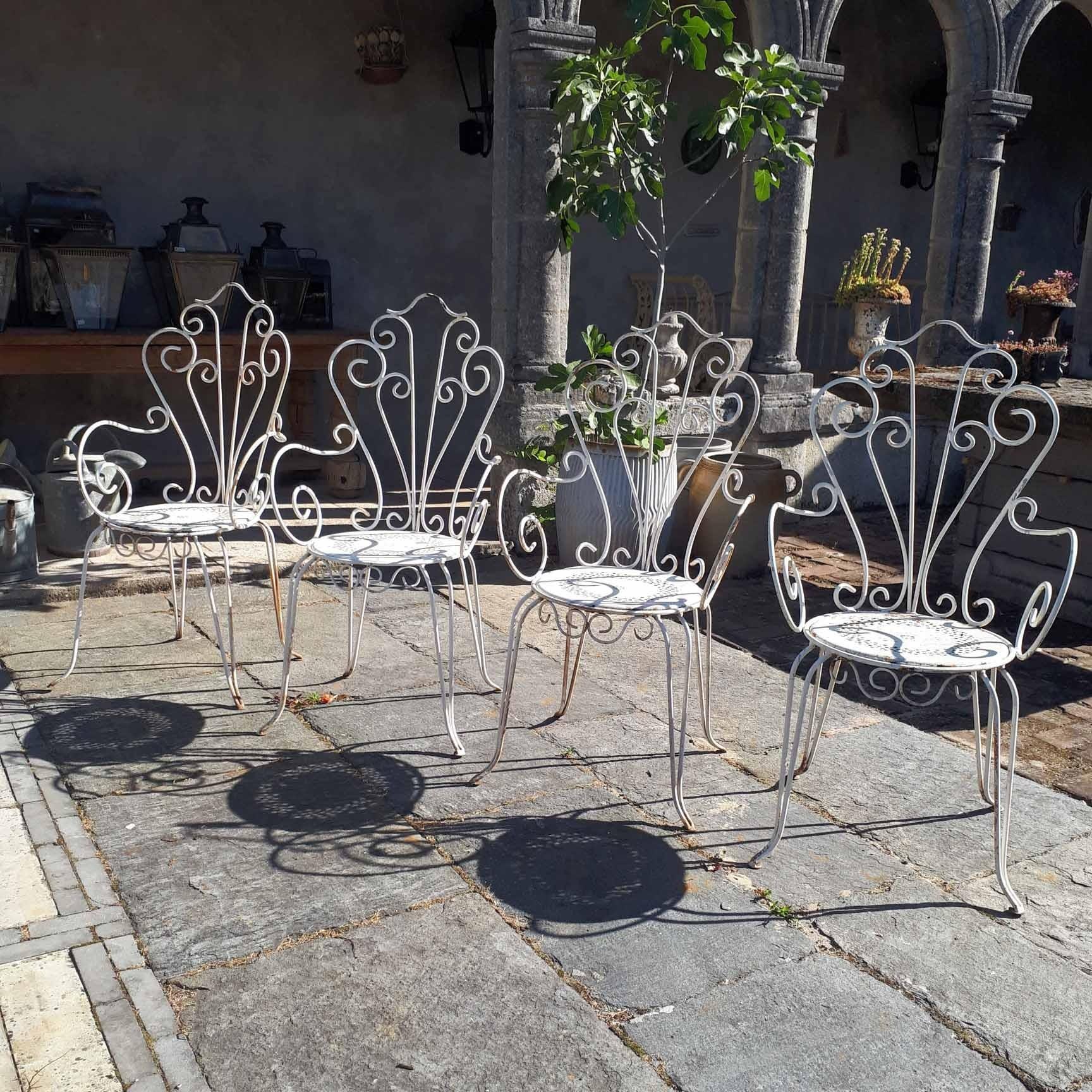 Set van vier oud ijzeren tuinstoelen wit