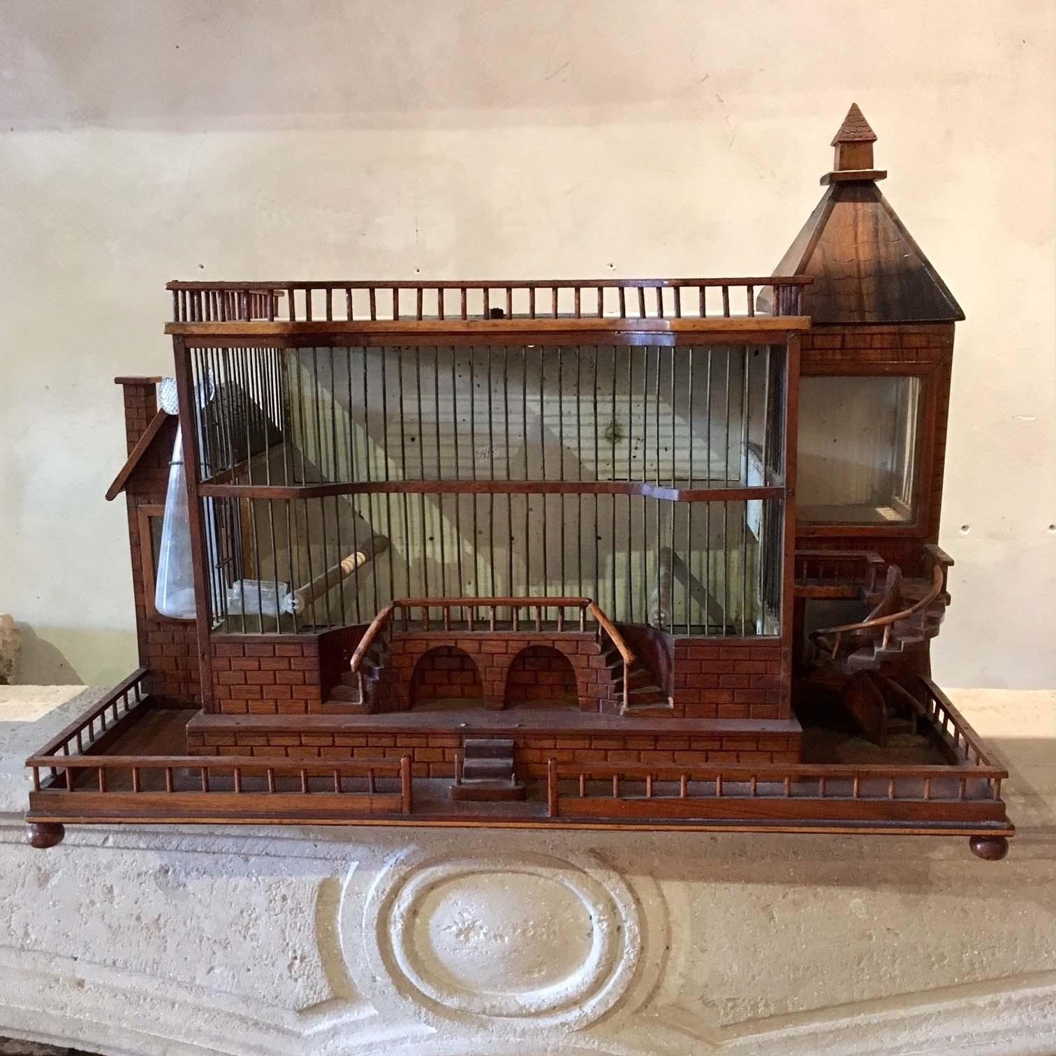 Oude architectonische vogelkooi