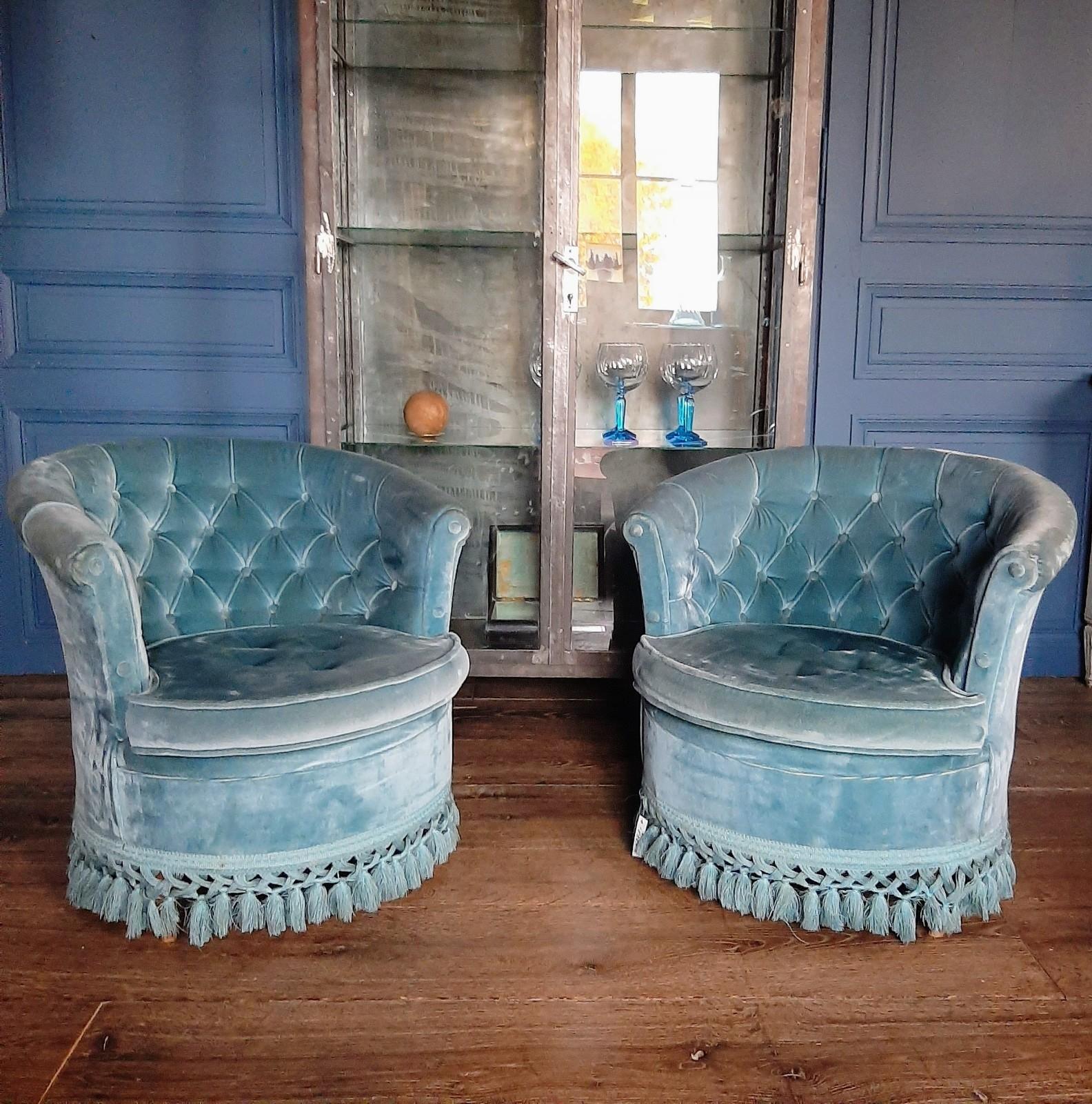Stel charmante oude fluwelen blauwe fauteuils