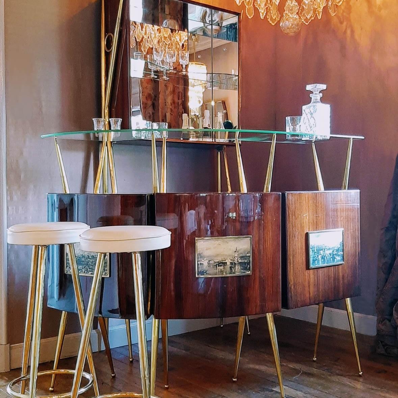 Jaren '50 Italiaanse Mahonie thuis bar met barkast en krukken