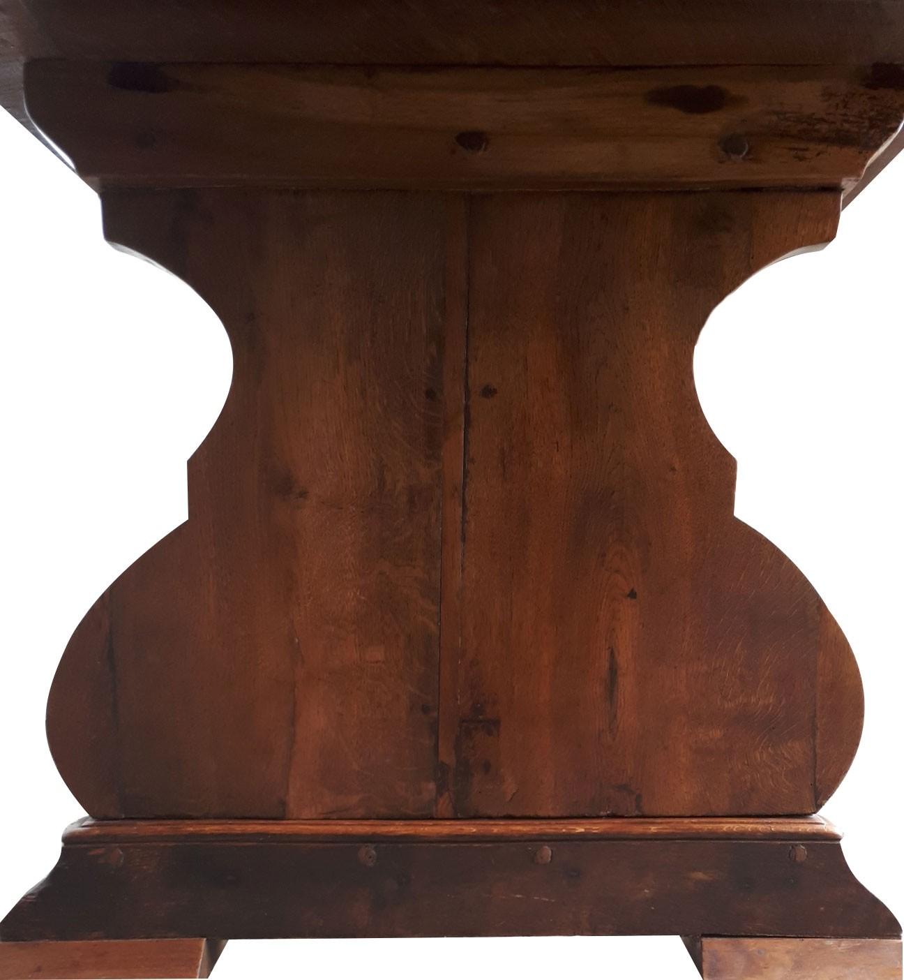 detail van ornamentele voet van oude eikenhouten tafel