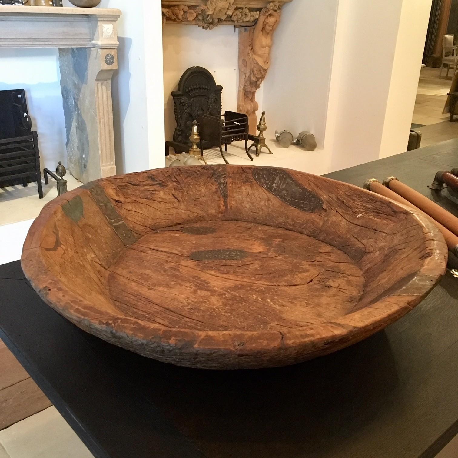Zeer grote robuuste oude houten schaal