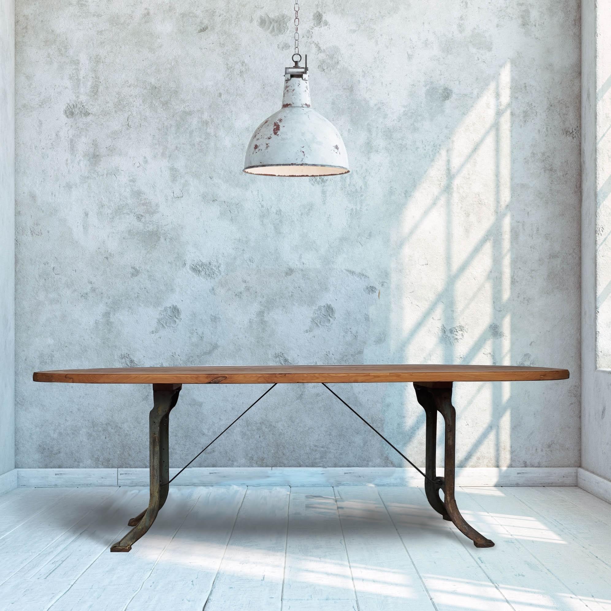 Ovale tafel van oude wagondelen met gietijzeren poten
