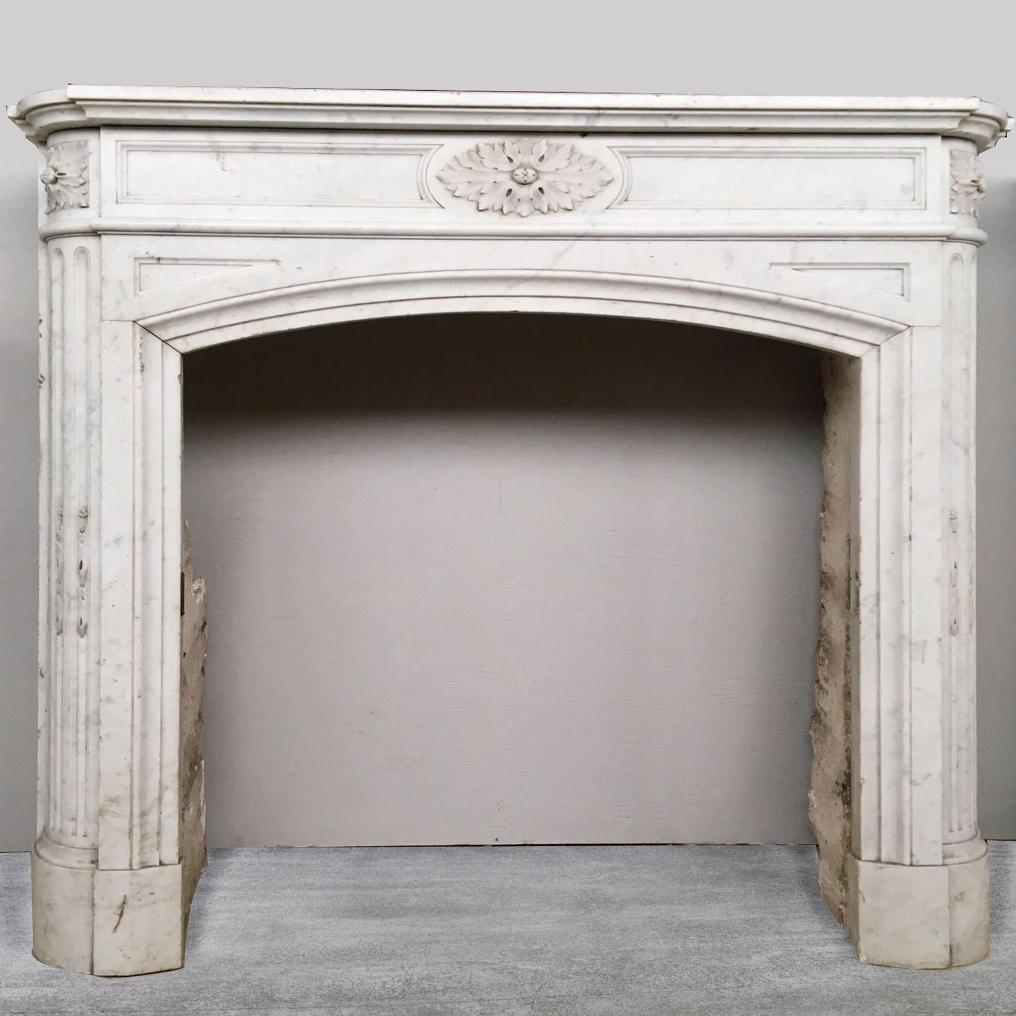 Paar Carrara marmeren Louis XVI schouwen uit Parijs