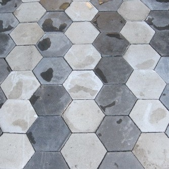 Oude cementtegels in zwarttinten