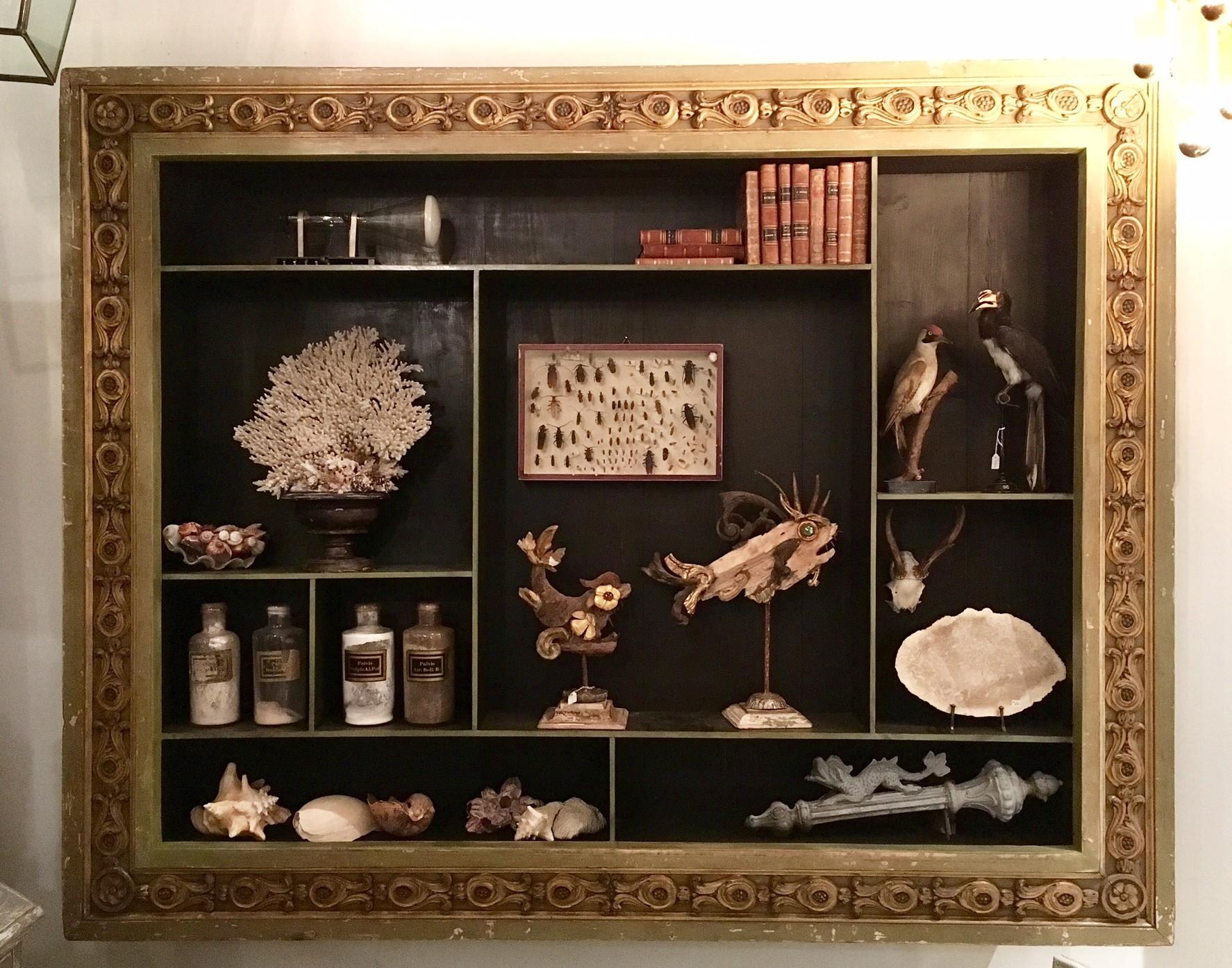 Rariteitenkabinet, hangkast gemaakt van antieke lijst (verkocht)