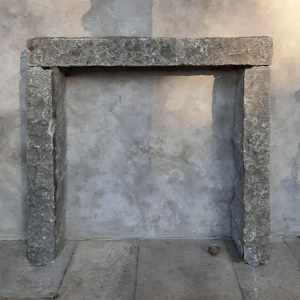 Antieke schouw van grijs graniet, eenvoudig en robuust model
