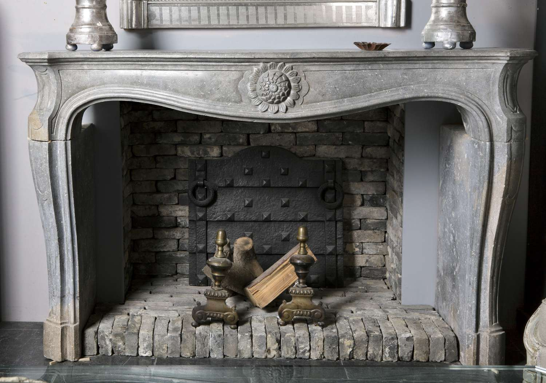 Antieke grijze pierre de bourgogne openhaard