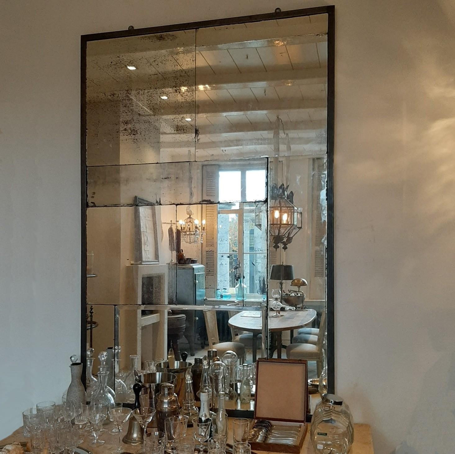 Grote spiegel gemaakt van antiekspiegelglas in zwart stalen lijst
