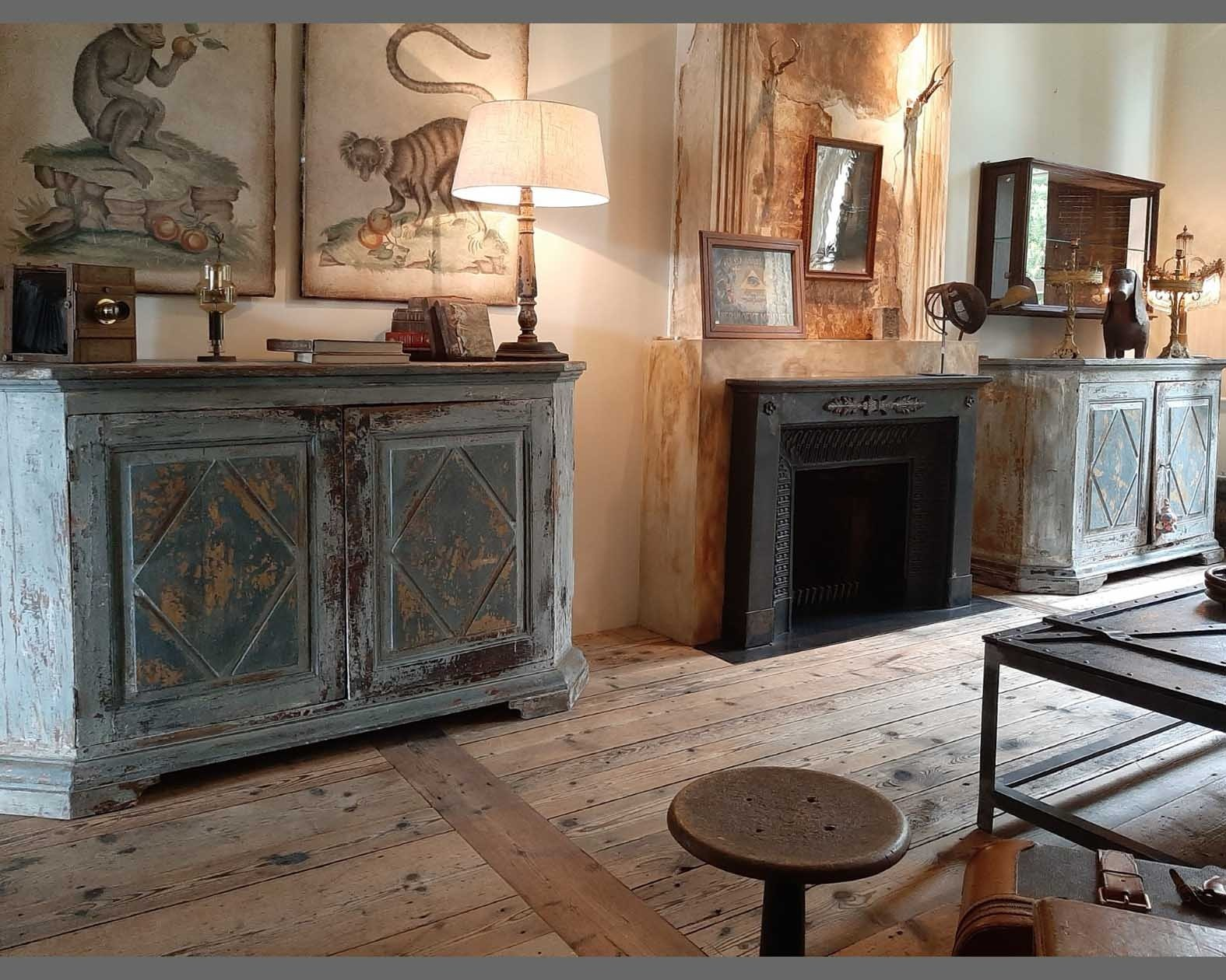 Een stel beschilderde kasten uit de 18e eeuw met een prachtig origineel  patina.
