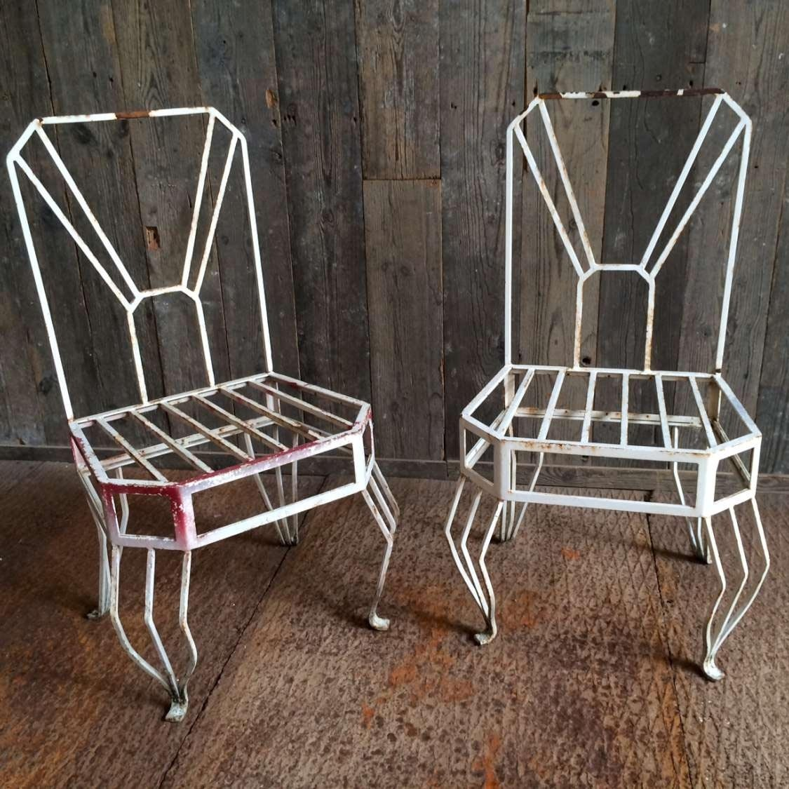 Stel metalen oude Art Deco stoelen.