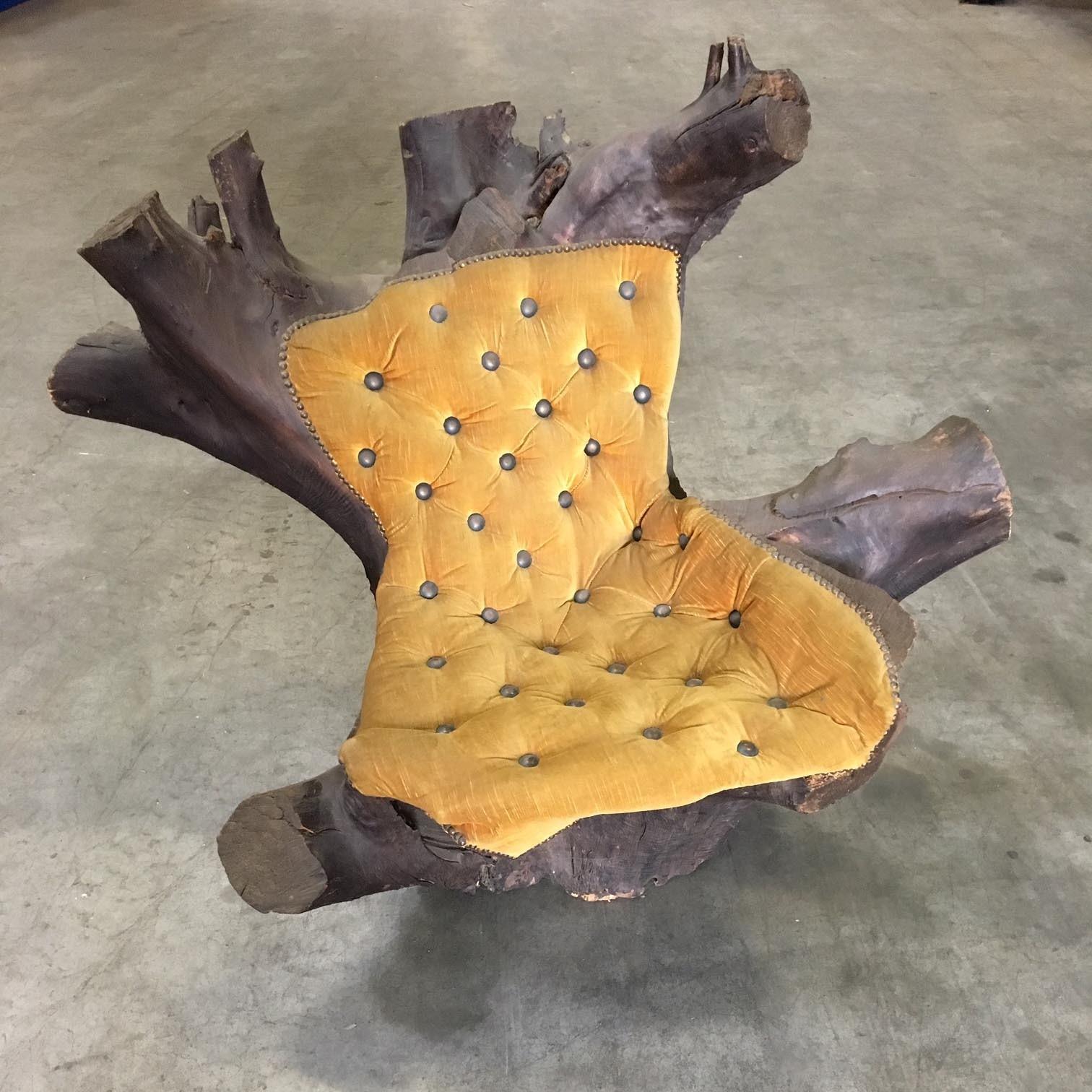 Stoel gemaakt uit boomstronk