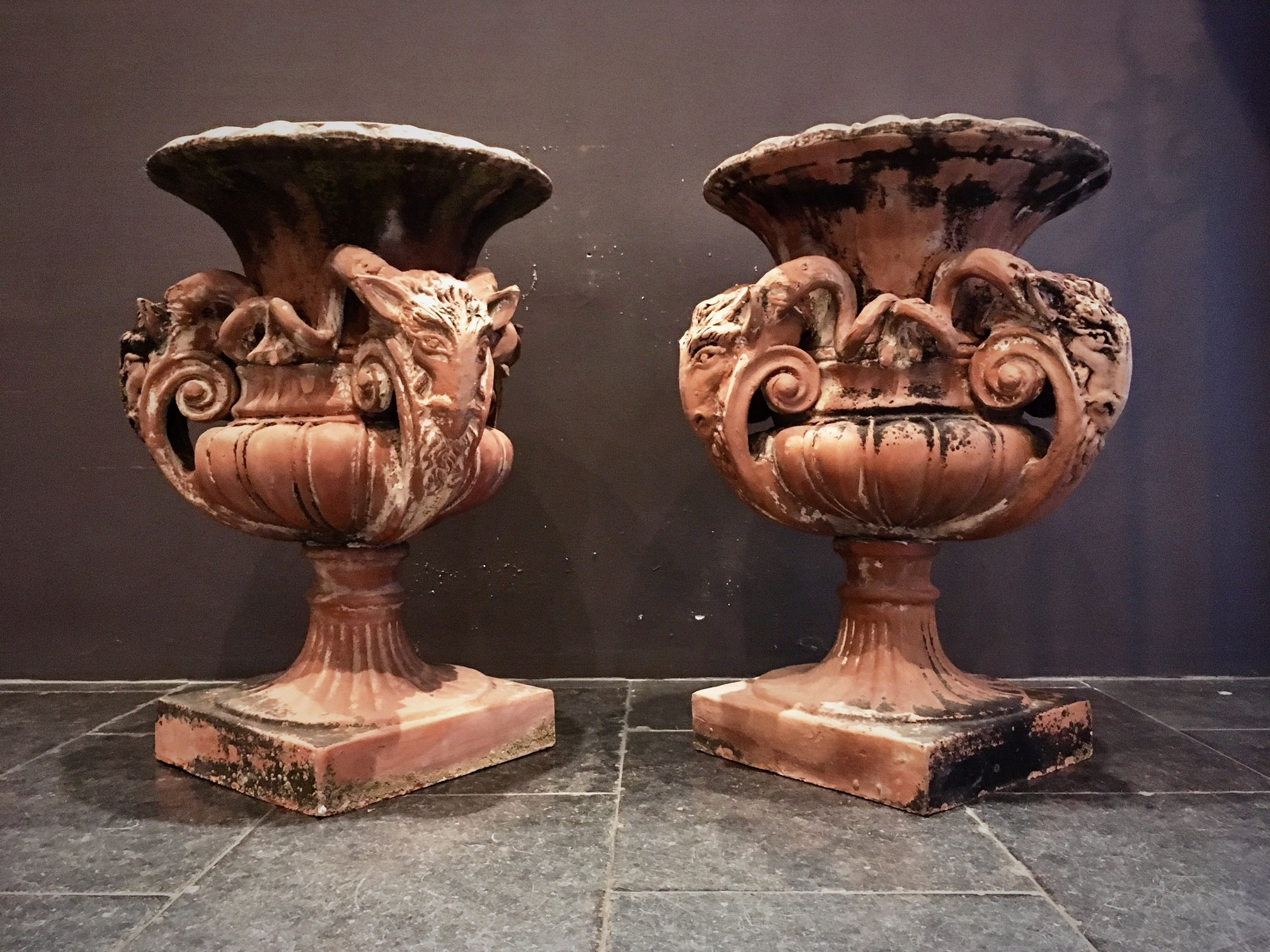 Bijzondere antieke terracotta tuinvazen