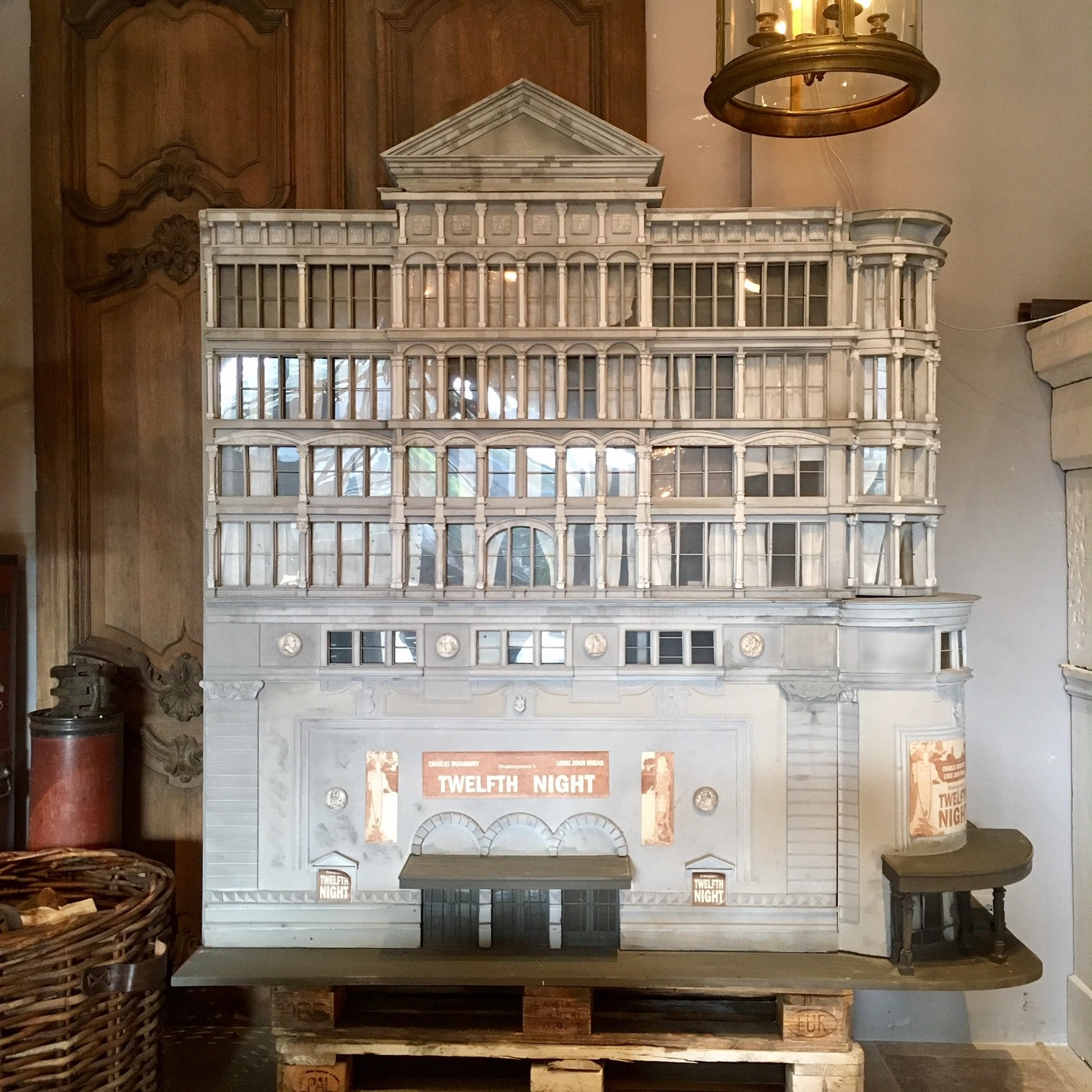 Groot architectonisch decoratief model van een theater
