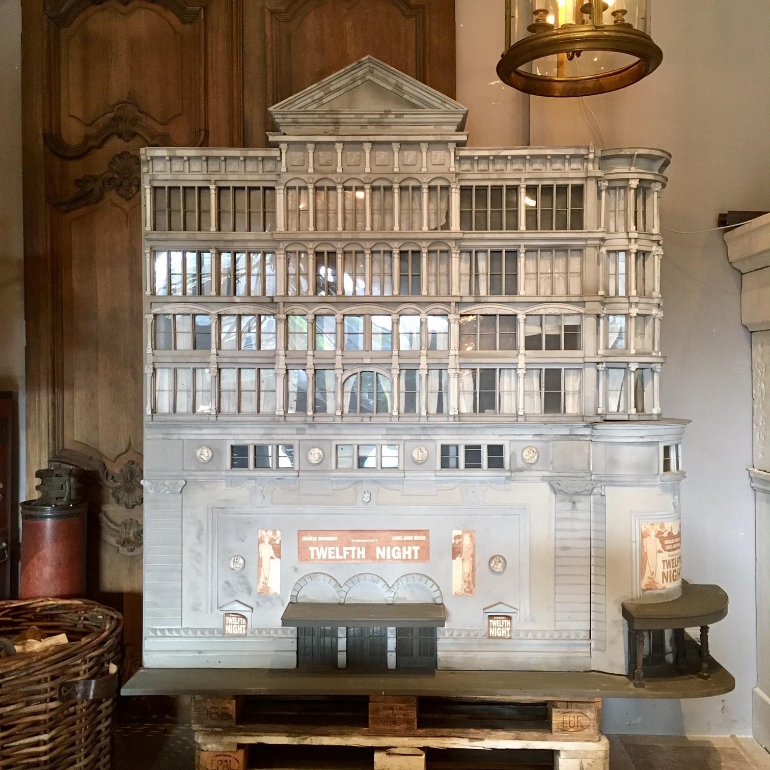 Groot architectonisch decoratief model van een theater